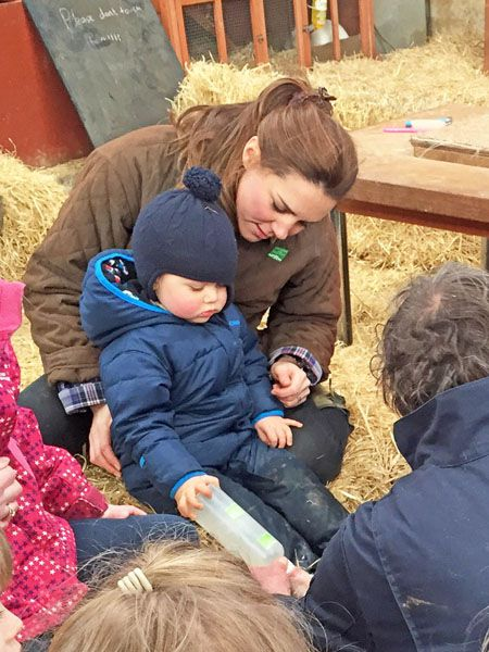 Kate-Middleton-Prince-George-Petting-Zoo-Pictures (14)