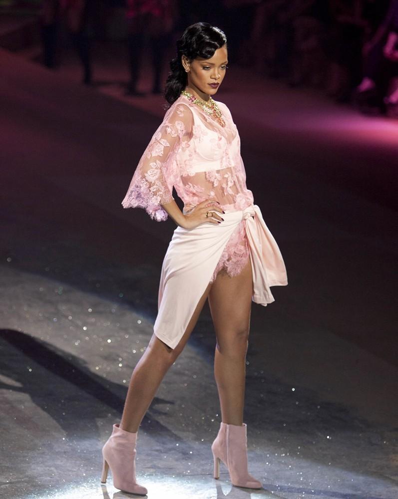 rihanna-2012-victoria-s-secret-fashion-show-inside-12